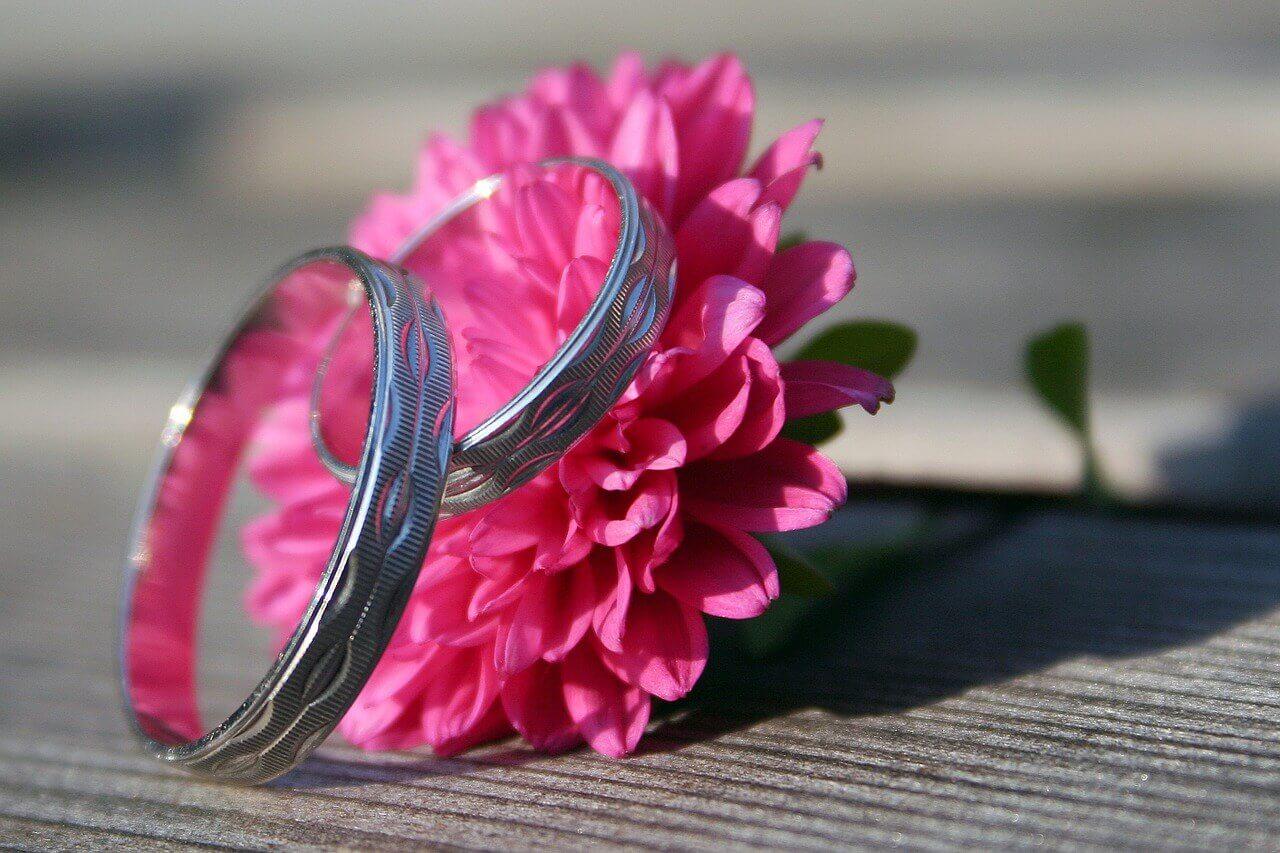 Salah satu perlengkapan pernikahan berupa cincin pernikahan
