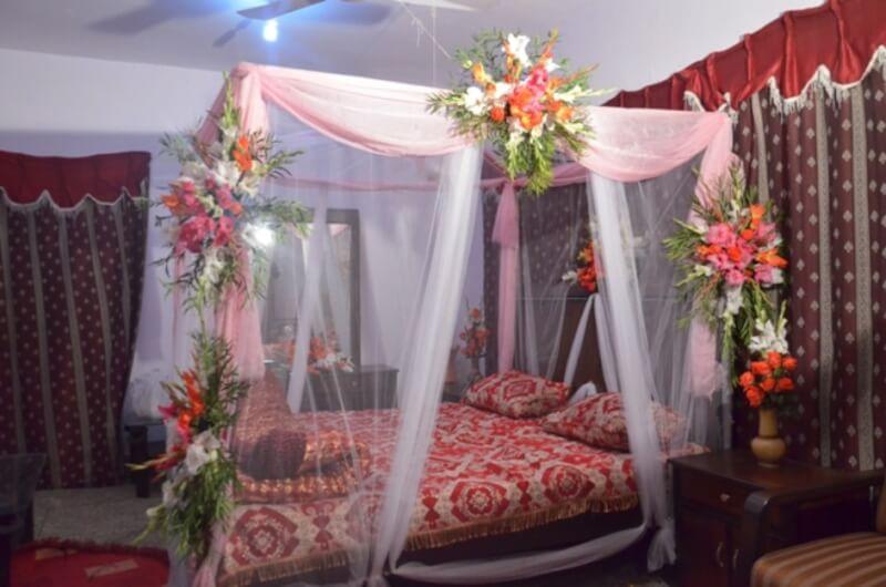 Desain kamar pengantin dengan hiasan bunga