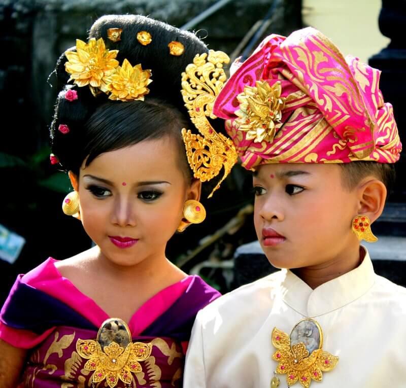 Photo of Pakaian Adat Bali Pria dan Wanita Lengkap dengan Penjelasan