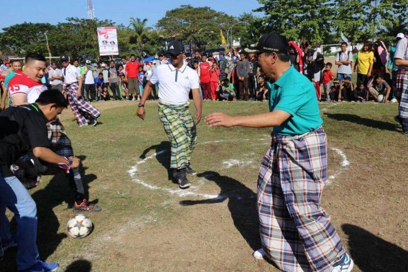 Turnamen bola dengan memakai sarung di Makassar