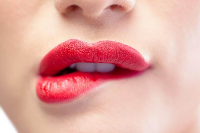 Memakai pelembab bibir atau lipstik