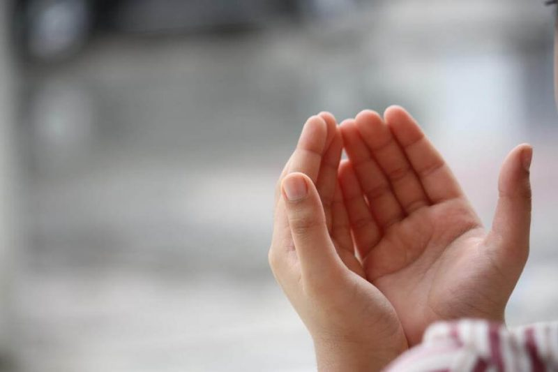 Membaca doa sebelum berbuka puasa